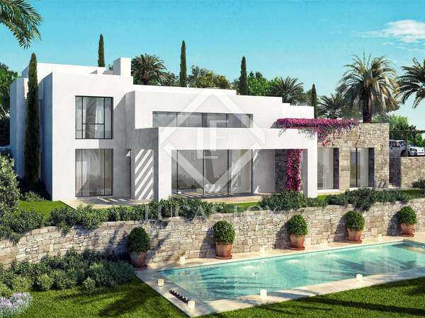 725 m² villa with a garden and pool for sale in Estepona