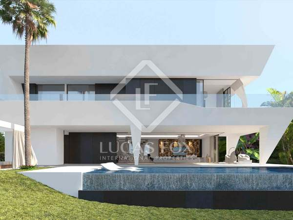 734 m² villa with 382 m² garden for sale in Estepona