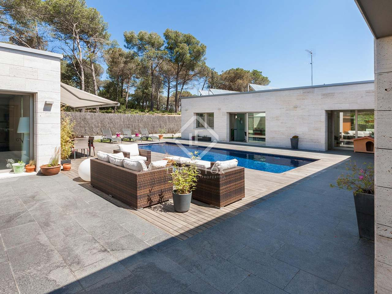 Maison villa de 400m a louer vallromanes avec 1 200m for Location maison avec jardin 34