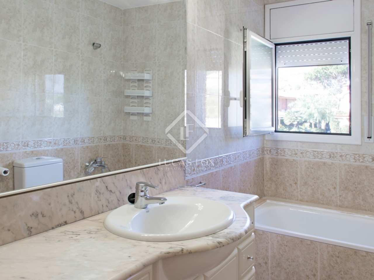 Casa adosada esquinera en alquiler con un jard n privado y for Alquiler casa con jardin barcelona