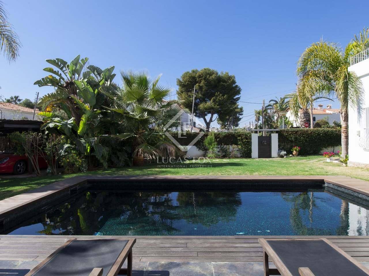 Villa renovada con un jard n y piscina en venta en sitges for Piscina sitges