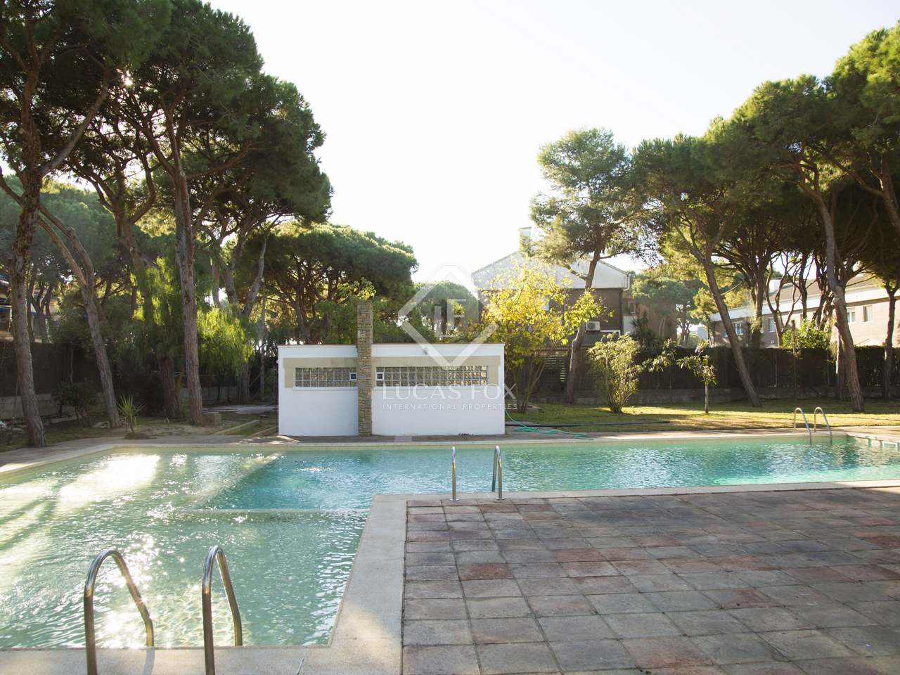Villa familiar de 826m con piscina en alquiler en gav mar for Piscina gava