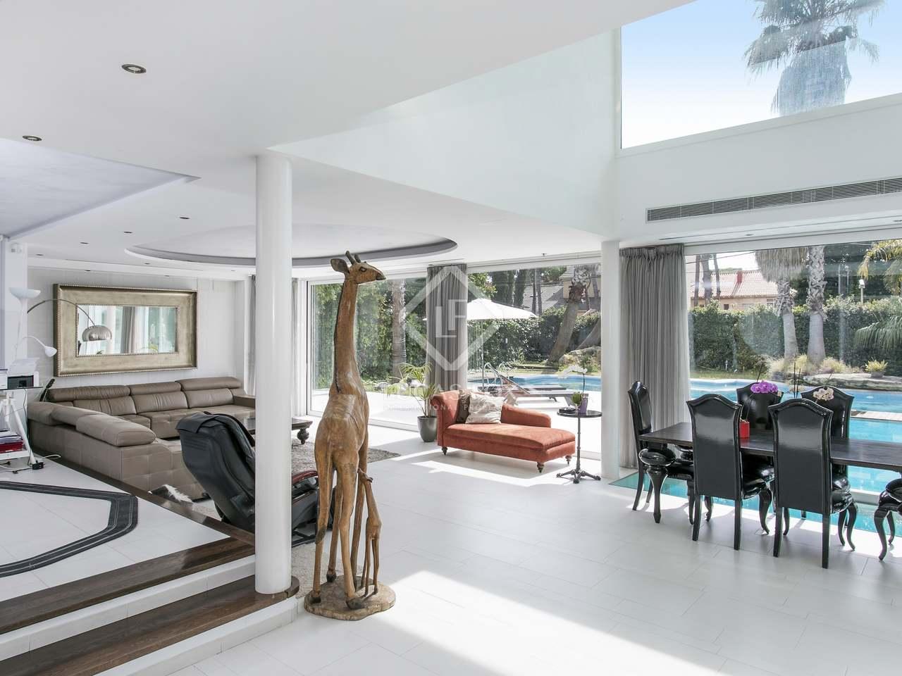 704m haus villa mit 743m garten zum verkauf in castelldefels. Black Bedroom Furniture Sets. Home Design Ideas