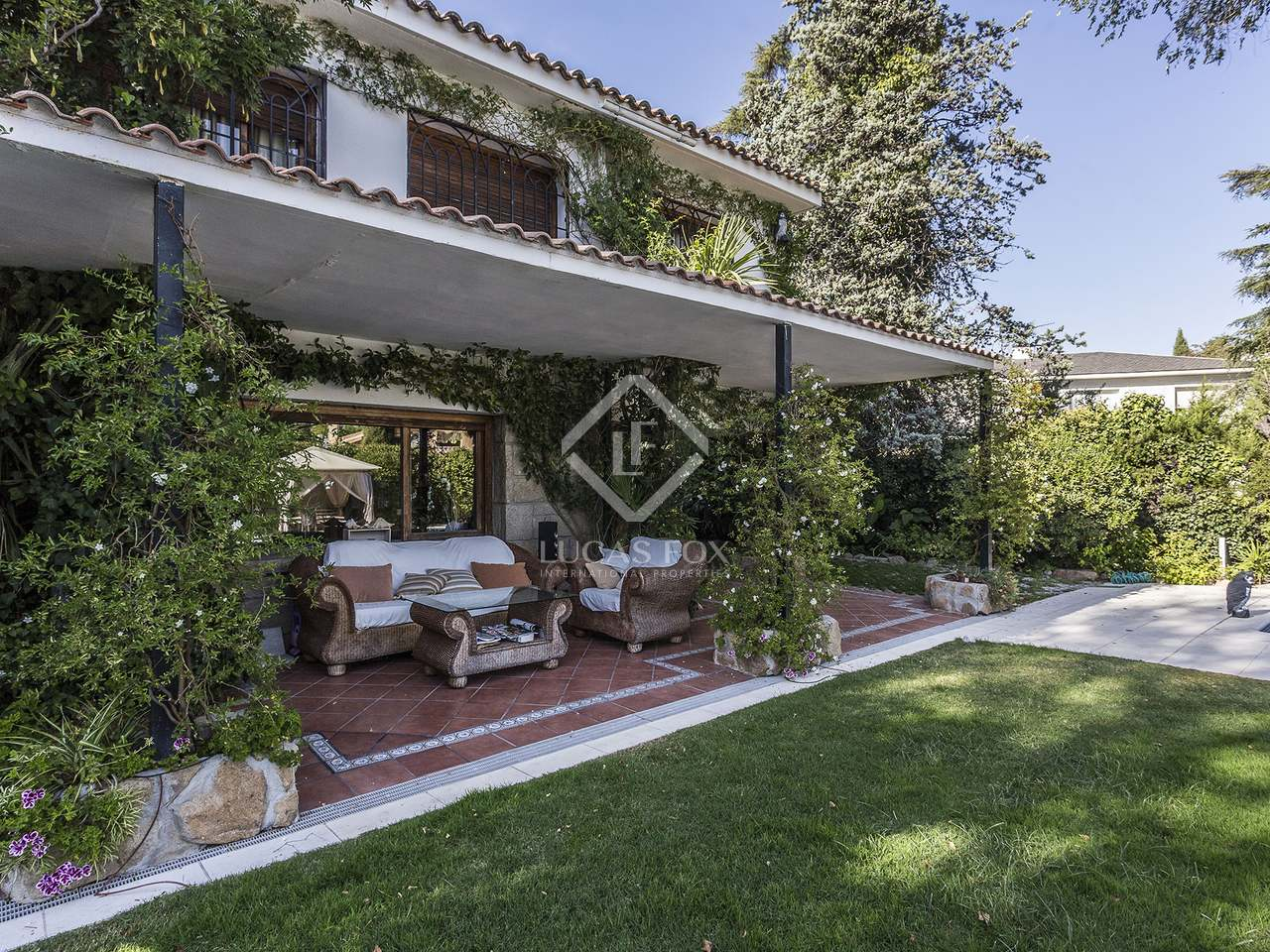 Villa de 650m con jard n y piscina en venta en pozuelo for Bajos con jardin en pozuelo