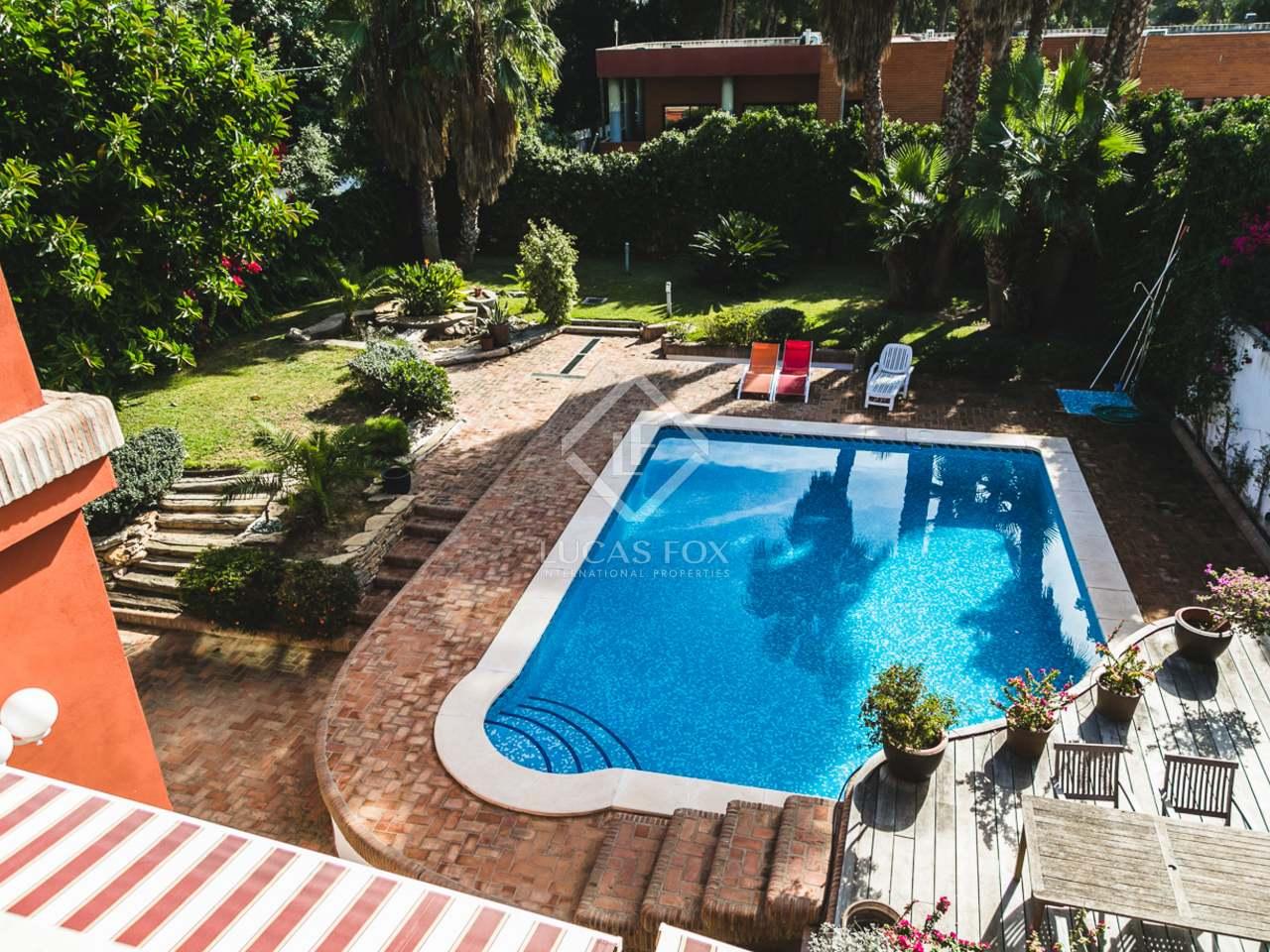 Villa con piscina en alquiler en campolivar valencia for Piscina jardin valencia