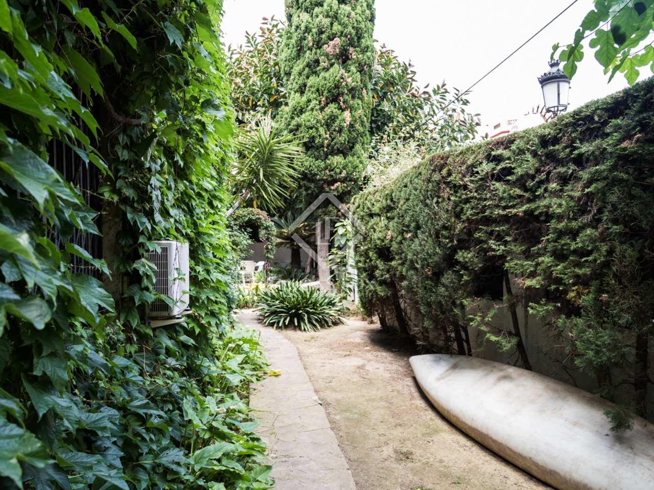 Villa hist rica con jard n y piscina en venta en valencia for Piscina jardin valencia