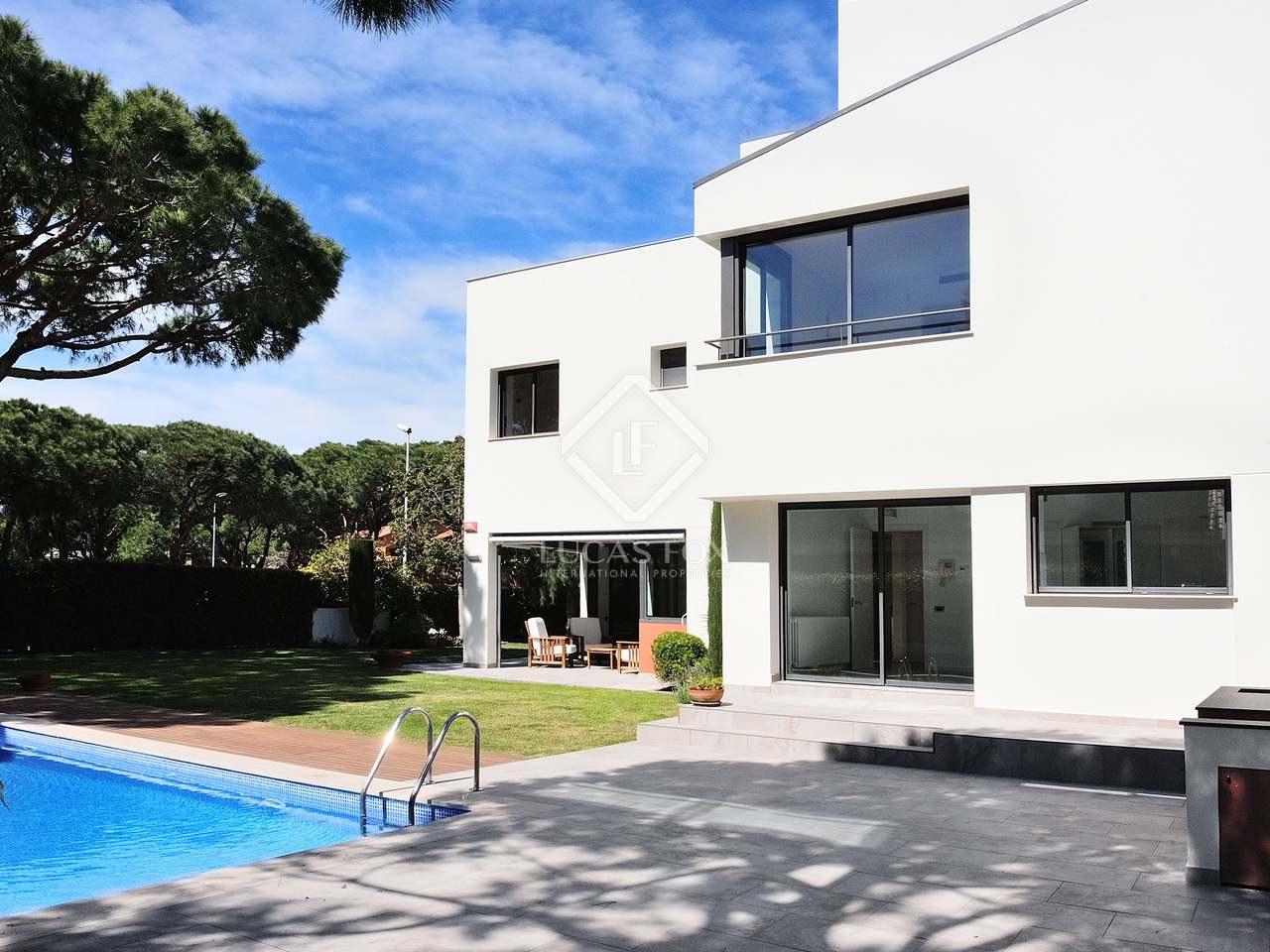 Casa de 662 m con 500 m de jard n en venta en gav mar for Piscina gava