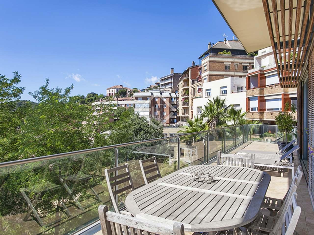 Casa de dise o en alquiler con jard n y vistas a barcelona for Casa con jardin alquiler barcelona