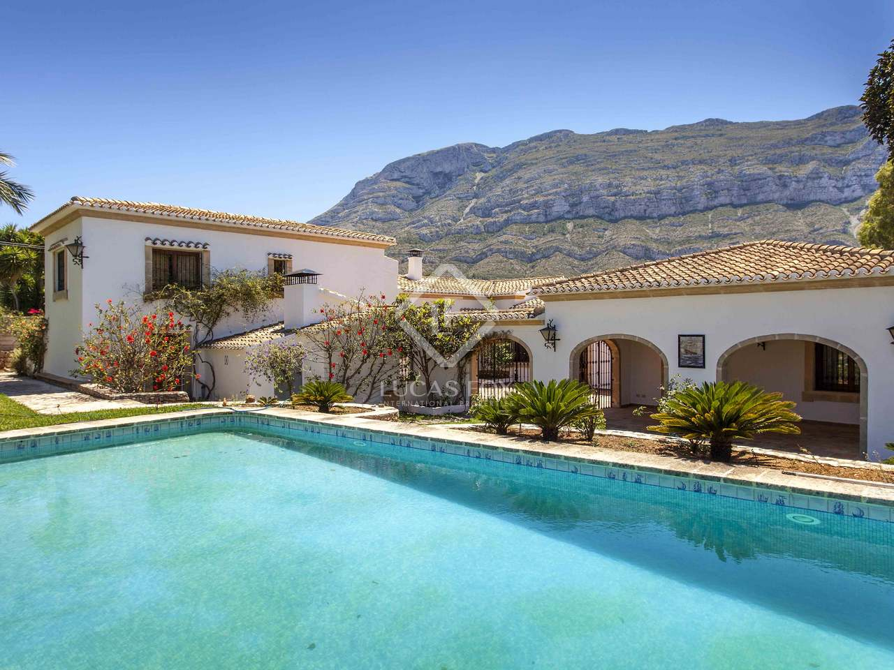31a6344dd9 5-bedroom luxury property with sea views to buy in Denia