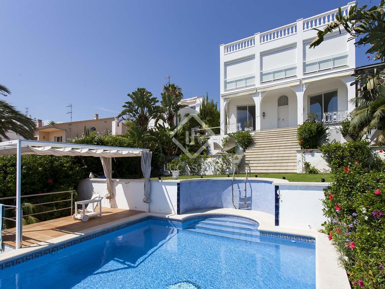 Casa de 257 m con piscina en venta en vallpineda sitges for Piscina sitges