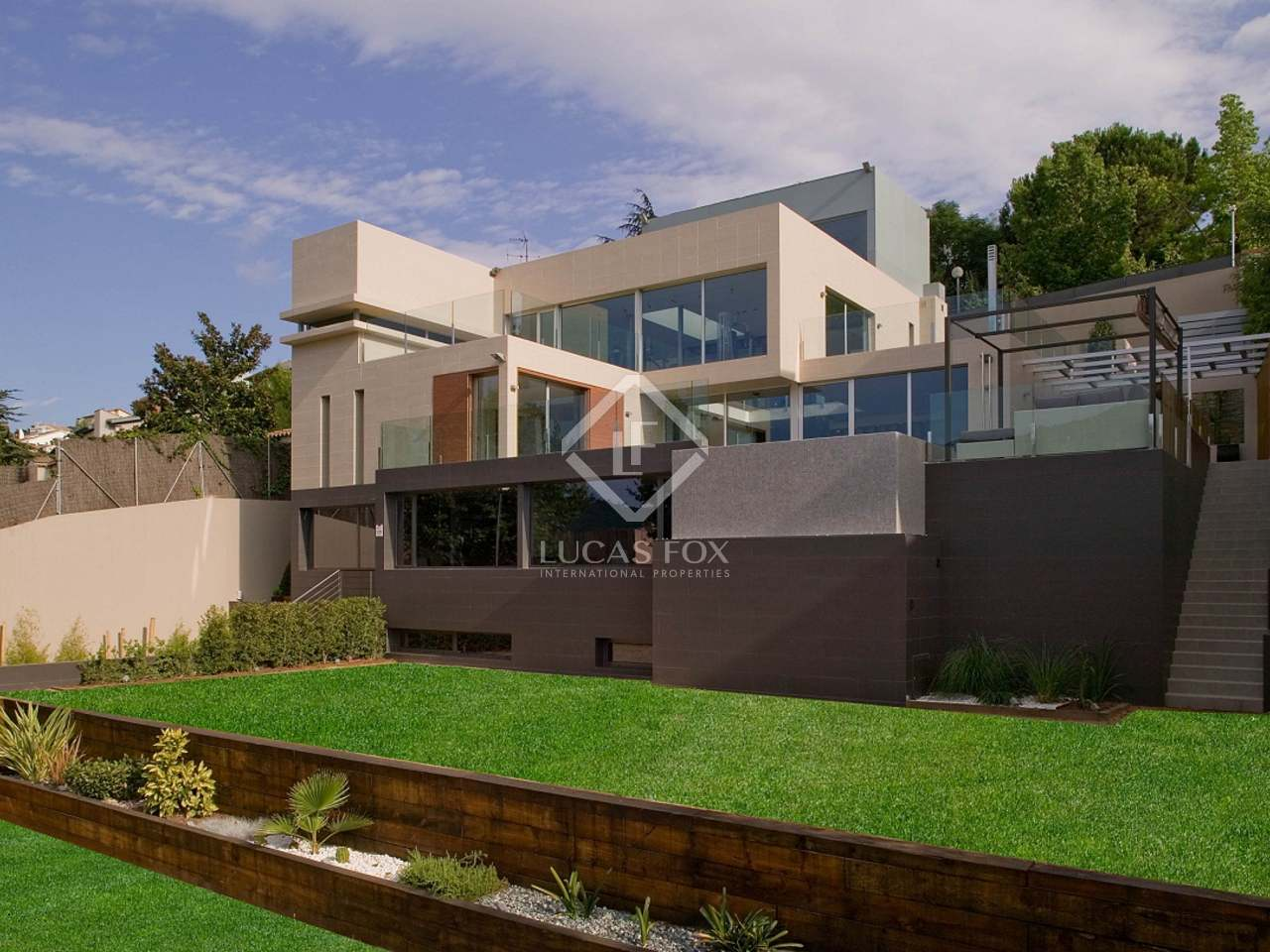 1 018m haus villa mit 805m garten zum verkauf in esplugues. Black Bedroom Furniture Sets. Home Design Ideas