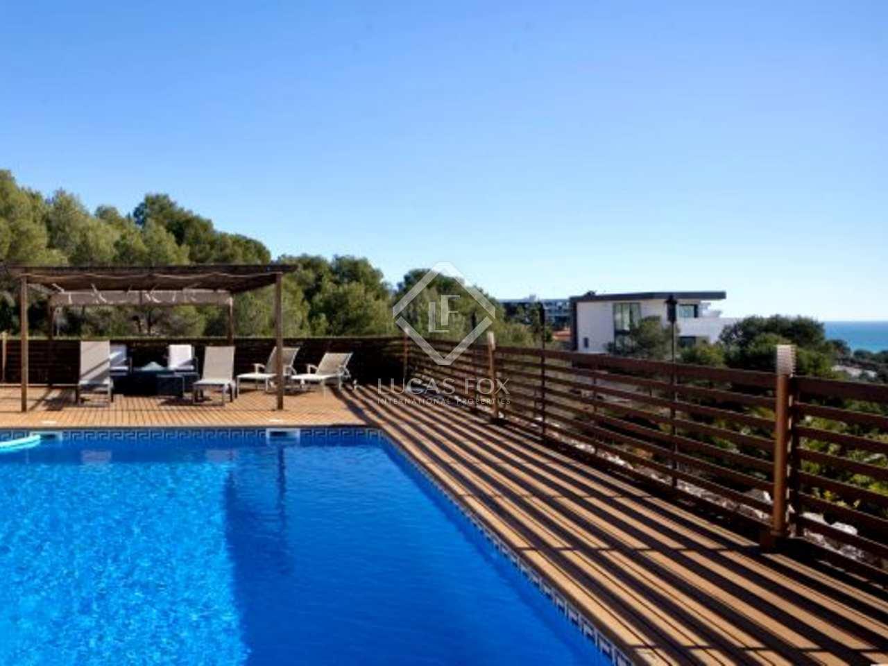 Villa grande y moderna con piscina en venta en can girona for Piscina sitges
