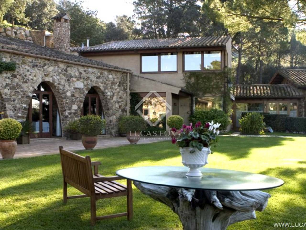 Exceptional 18th Century country property for sale in one of the most sought-after locations of the Costa Brava - former Michelin star restaurant with professional kitchens. Ideal commerial opportunity.