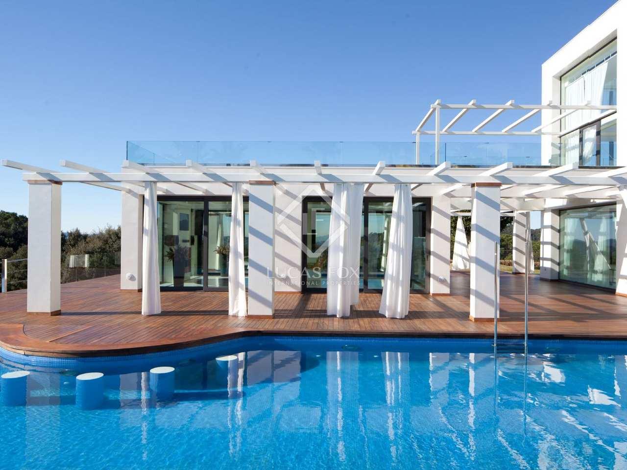 aussergew hnliches modernes haus nahe der stadt barcelona. Black Bedroom Furniture Sets. Home Design Ideas