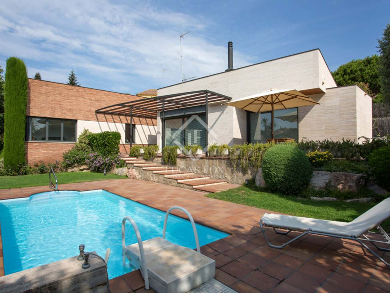 Single level modern house for sale in premia de dalt for Modern house for sale near me