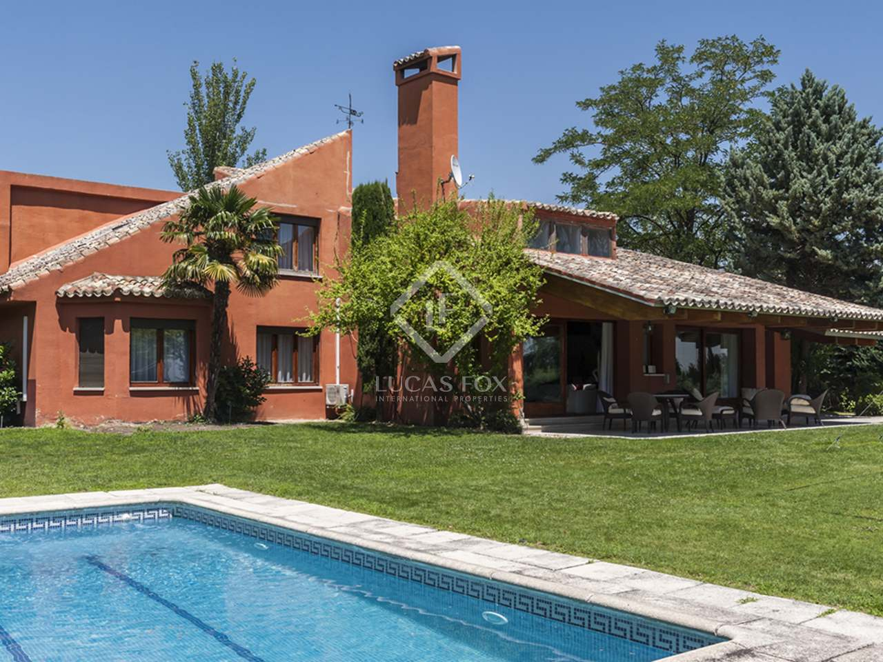 Mediterranean house with a pool to buy in la moraleja for Selling a house with a pool