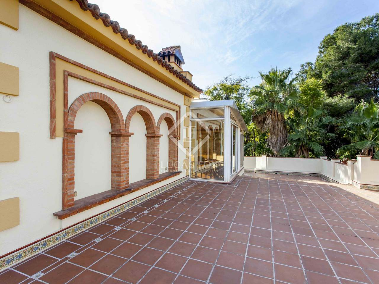 Villa de luxe en vente godella pr s de la ville de valence for Piscine jardin valence