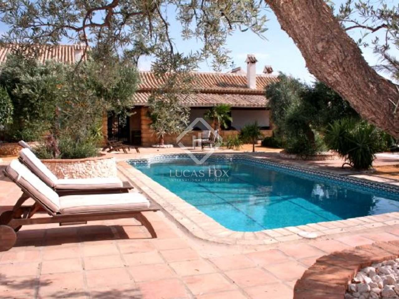 Casa de campo con olivares en venta cerca de sevilla for Piscina ciudad jardin sevilla