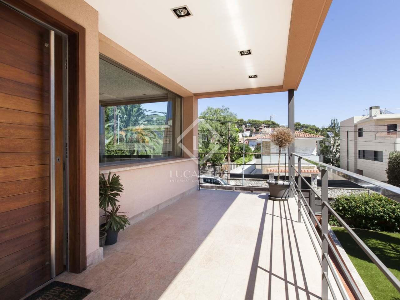 Villa con jard n y piscina en alquiler en castelldefels for Alquiler bajo con jardin madrid