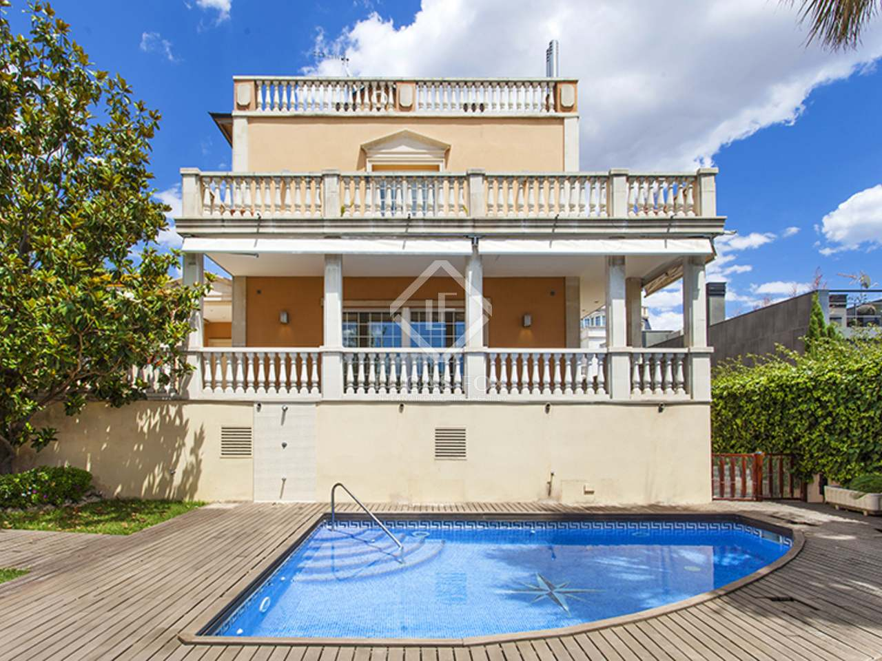 Casa con jard n y piscina en venta en zona alta barcelona for Casa jardin barcelona