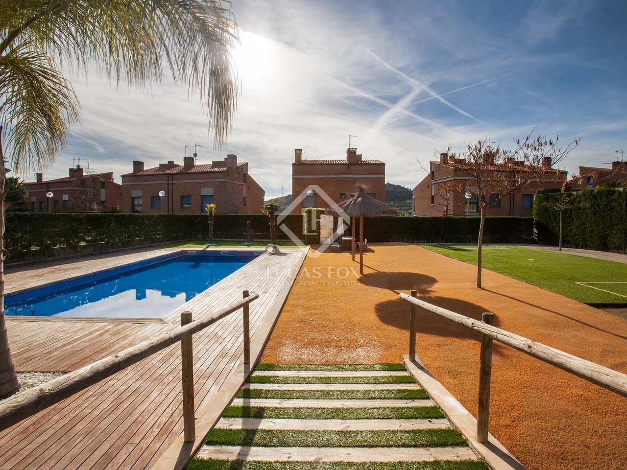 Casa moderna de 4 dormitorios en venta en tiana for Piscina tiana