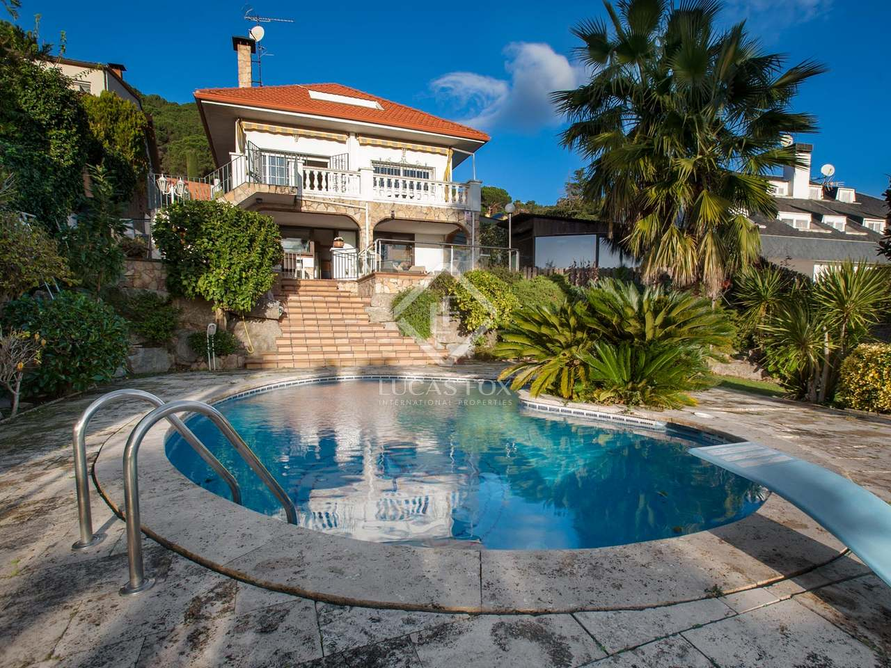 5 bedroom house with a garden and pool to buy in argentona for Selling a house with a pool