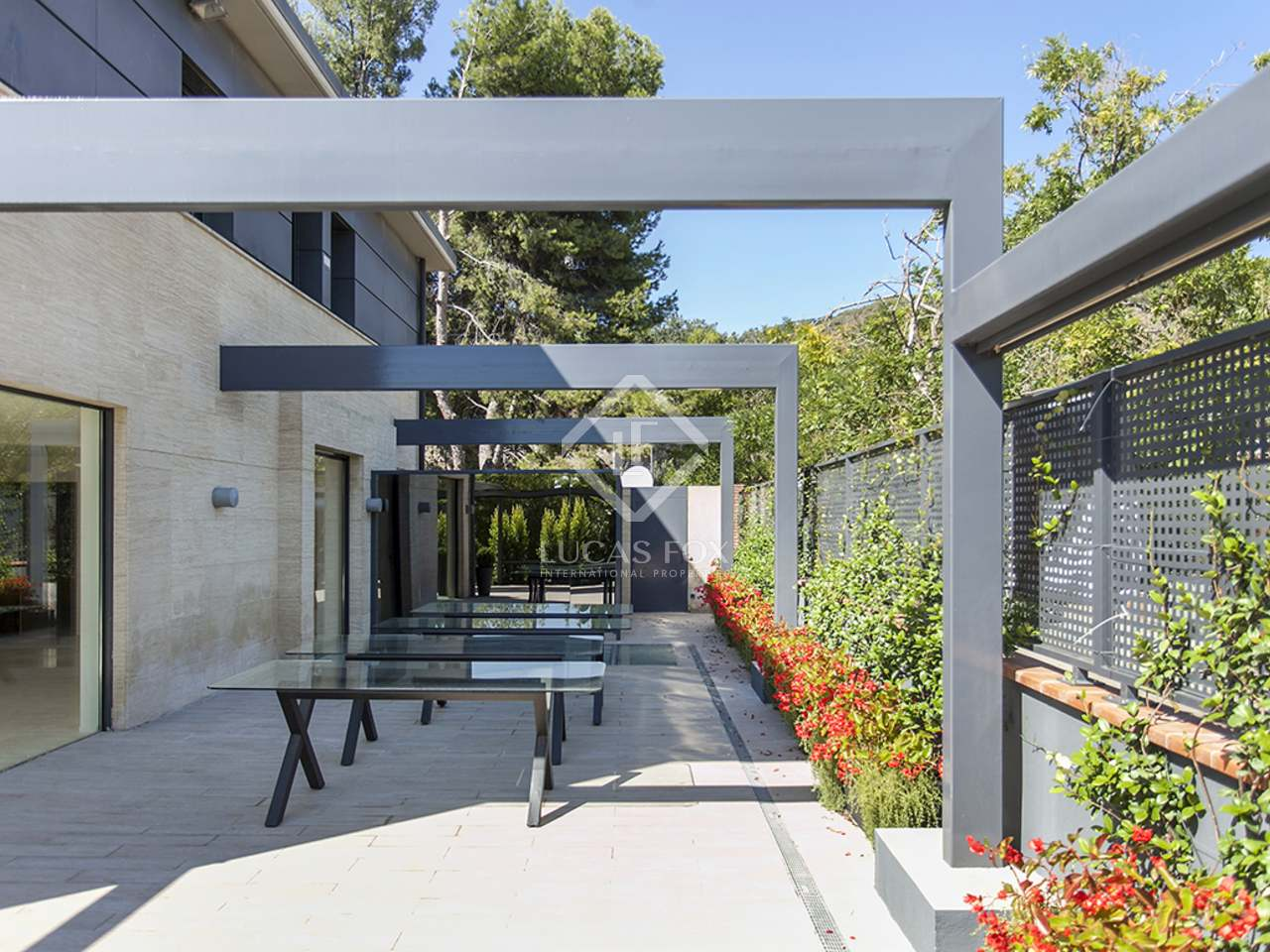 Casa adosada en alquiler en la zona alta de barcelona for Casa con jardin barcelona alquiler