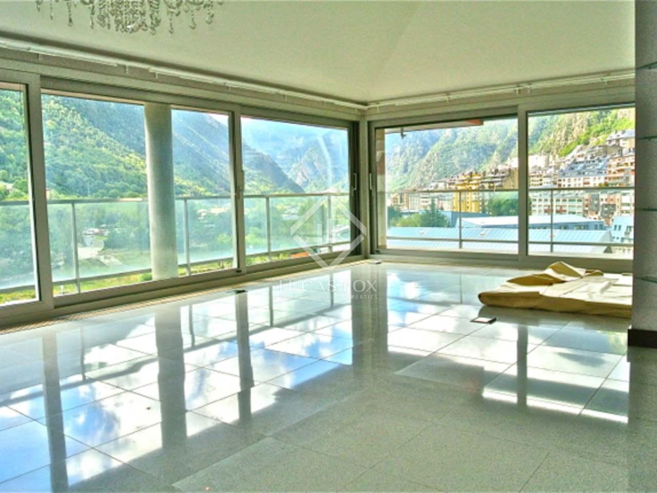 Penthouse en duplex en vente au centre d 39 andorre for Piscine andorre