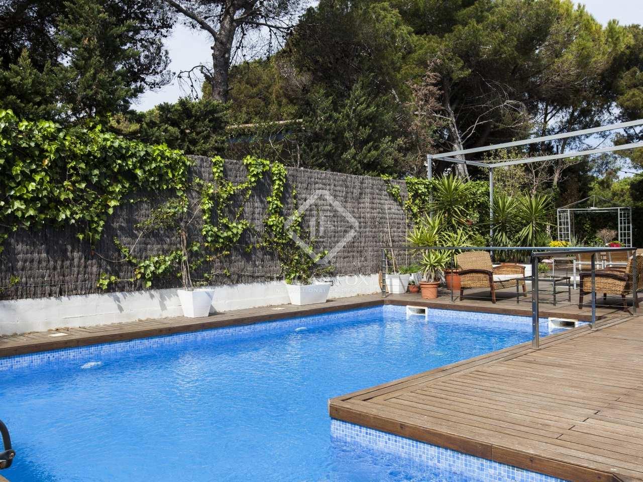 Villa moderna con piscina en venta en terramar sitges for Piscina sitges