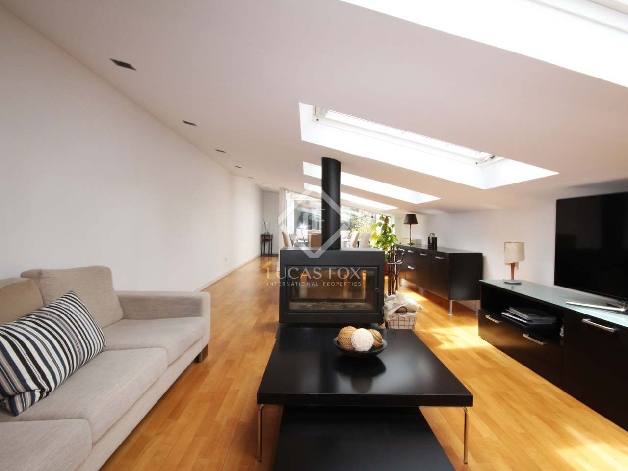 Recently renovated penthouse decorated in very good taste with spacious and airy rooms and a lovely terrace to relax on