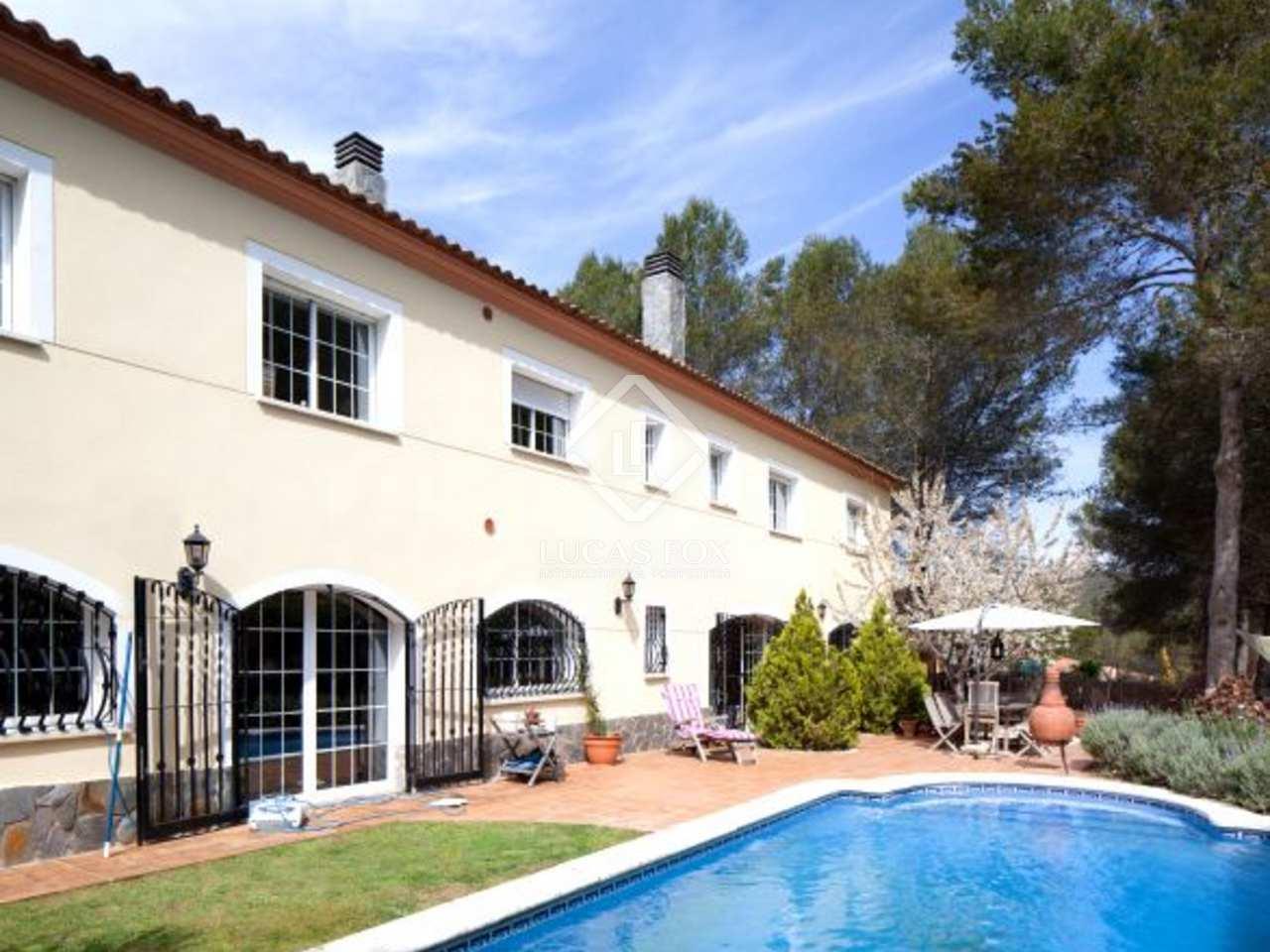 grande maison familiale avec piscine en vente sur les collines de sitges. Black Bedroom Furniture Sets. Home Design Ideas