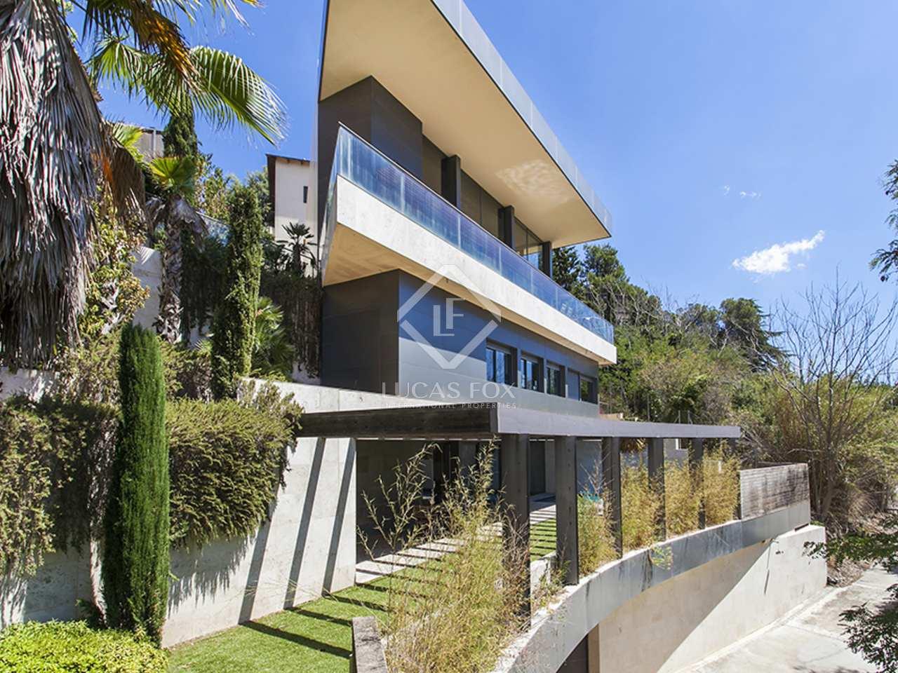 Casa de dise o en alquiler con jard n y vistas a barcelona for Casa con jardin barcelona alquiler