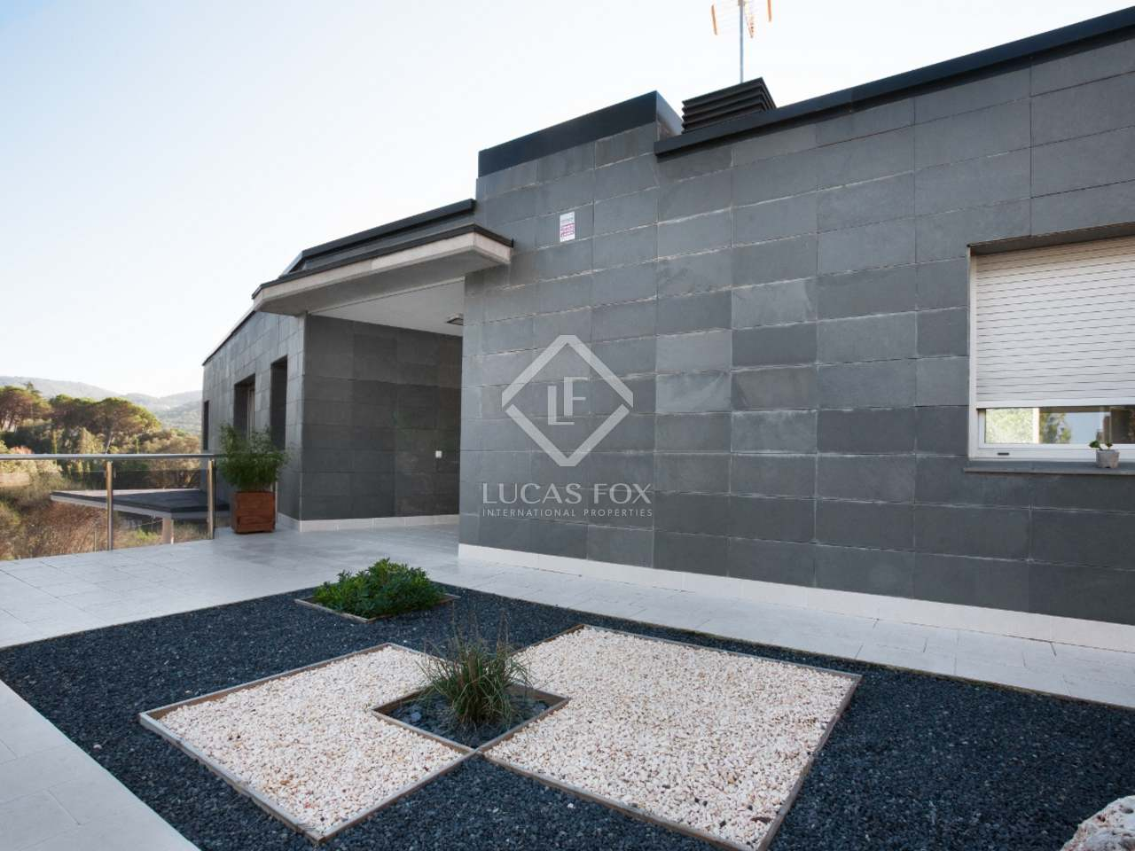 4 bedroom contemporary house for sale in vallromanes for Modern house for sale near me