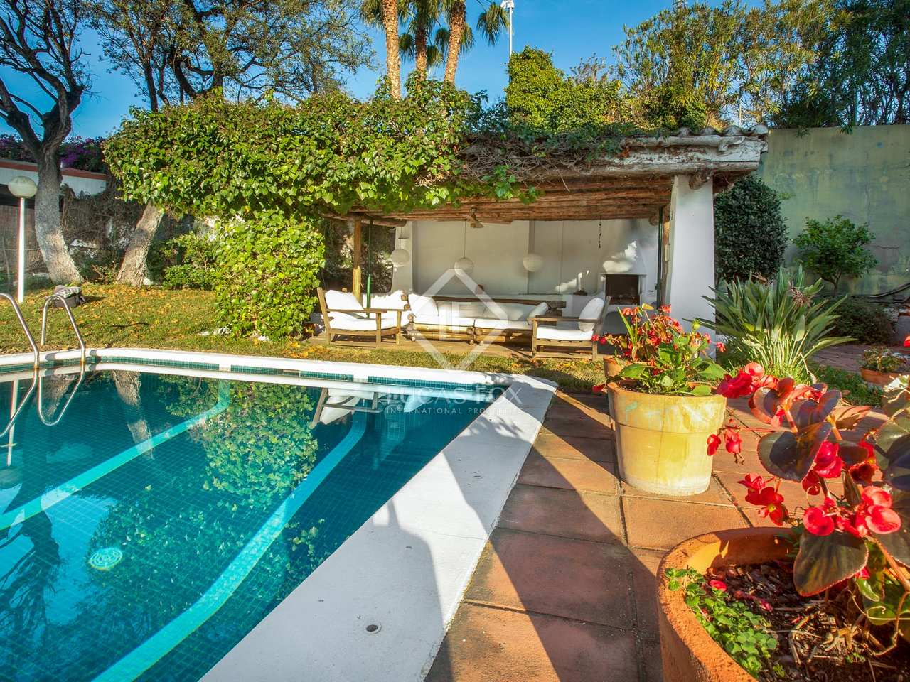 Villa to buy in alella costa maresme barcelona for Barcelona pool garden 4