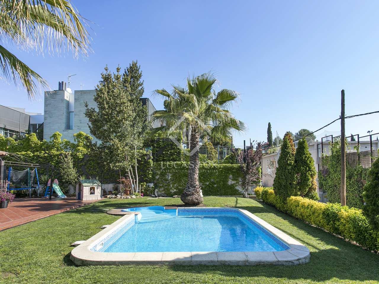 Casa muy grande con jard n y piscina en venta en bellaterra for Piscina jardin centro