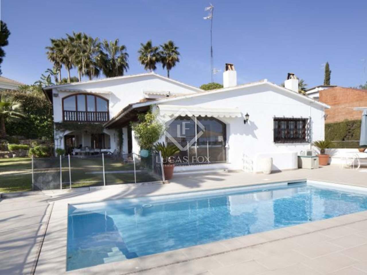 Casa en venta en sitges con vistas al mar jard n y piscina for Piscina sitges