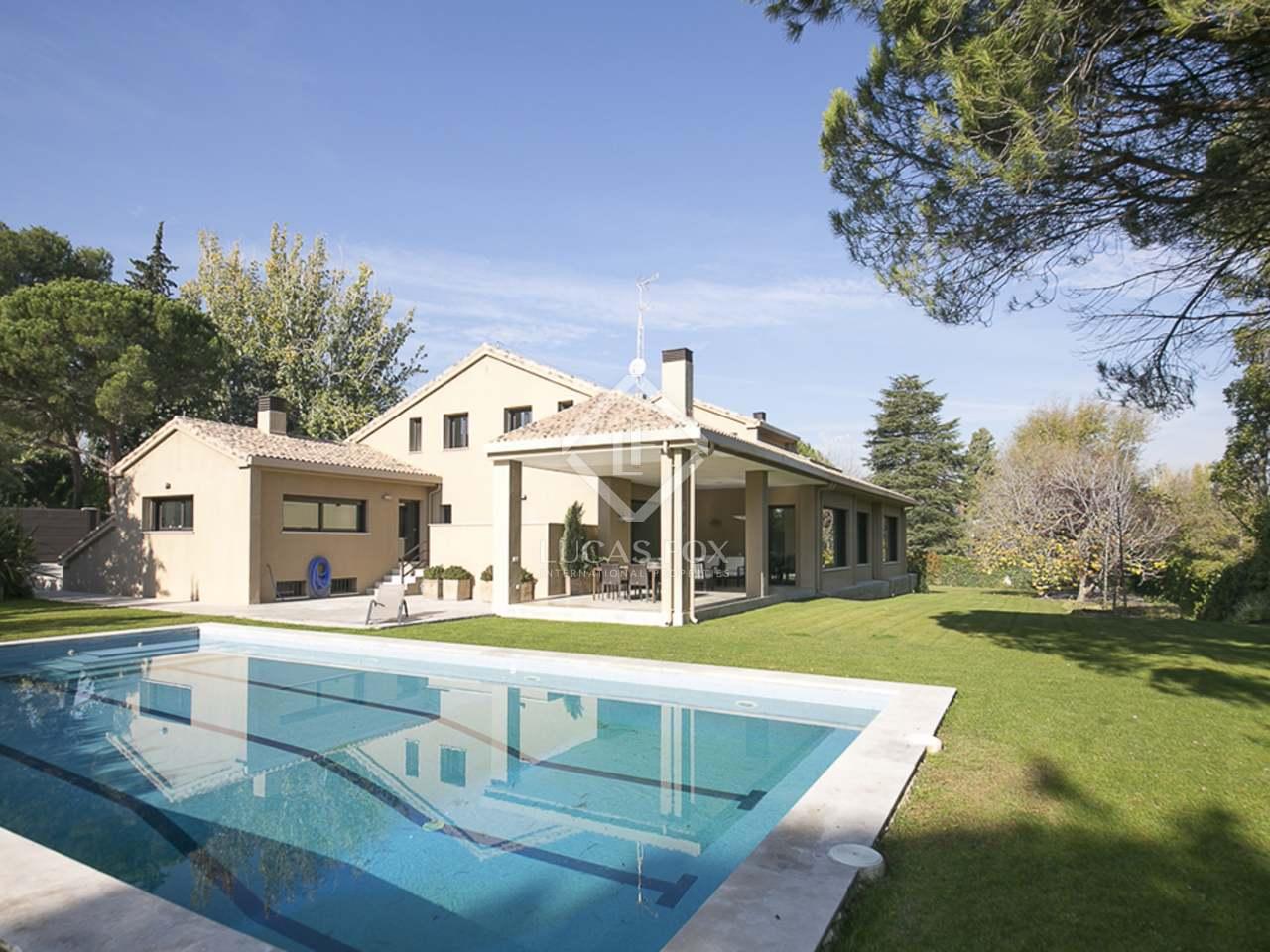 Villa moderna de 877 m en venta en somosaguas madrid for Villa moderna