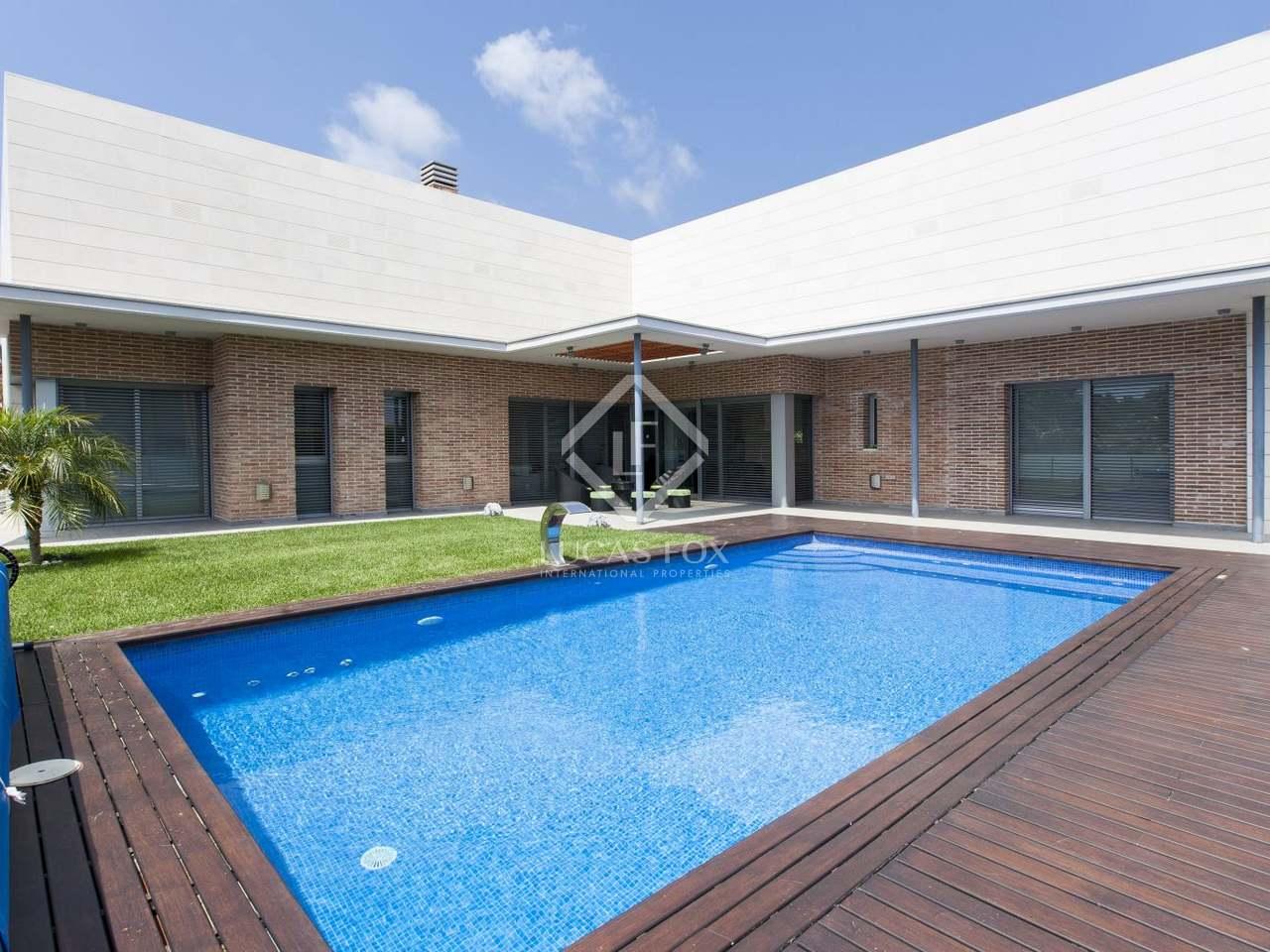 Villa con jard n y piscina en venta en castelldefels Villa jardin donde queda