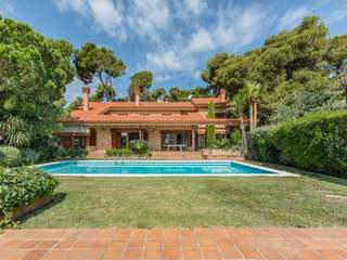 Unique house to buy in the prestigious Torre Valentina area