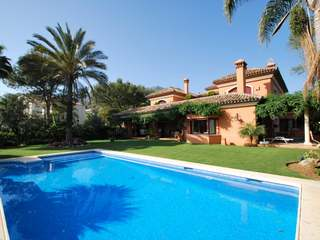 Villa de cinco dormitorios en venta en Altos Reales, Marbella