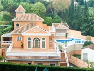 Villa de 5 dormitorios en venta en La Sierrezuela, Málaga