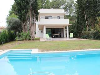 Furnished villa with garden and pool for rent in Campolivar