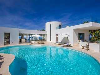 Neue Luxusvilla am Meer zum Verkauf im Norden Ibizas