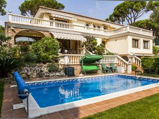 To buy first frontline villa between Lloret and Blanes in Cala Sant Francesc, Costa Brava