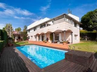 Casa moderna de 5 dormitorios en venta en Can Teixidó, Alella
