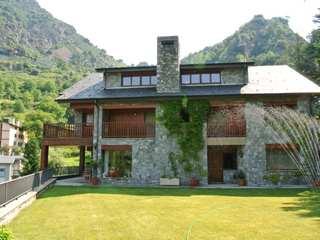 Spacious chalet for sale in prestigious Escaldes development