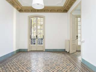 Sunny 4-bedroom property to rent in Eixample Right Barcelona