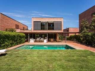 Casa de 5 dormitorios con jardín y piscina en venta en Sant Cugat