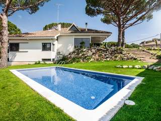 Newly renovated 7-bedroom villa for sale in Premia de Dalt