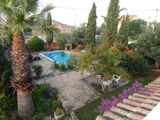 Family villa with pool and garden to rent in La Eliana